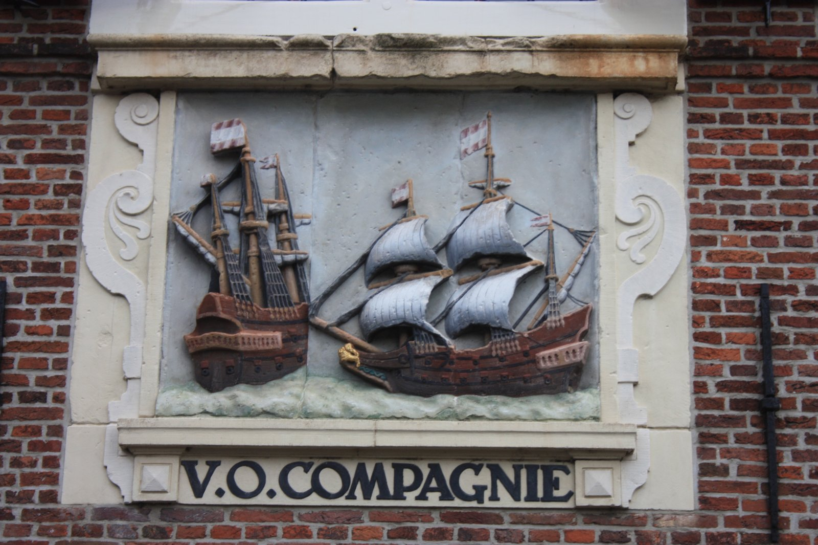 17th_century_plaque_to_Dutch_East_India_Company_(VOC),_Hoorn
