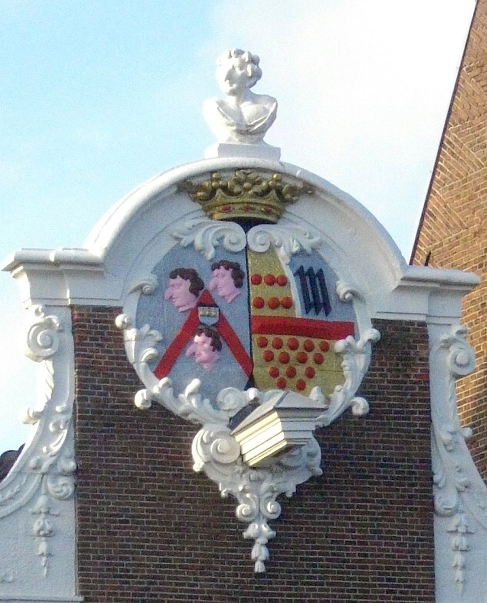 huge_nose_house_in_amsterdam_2.jpg